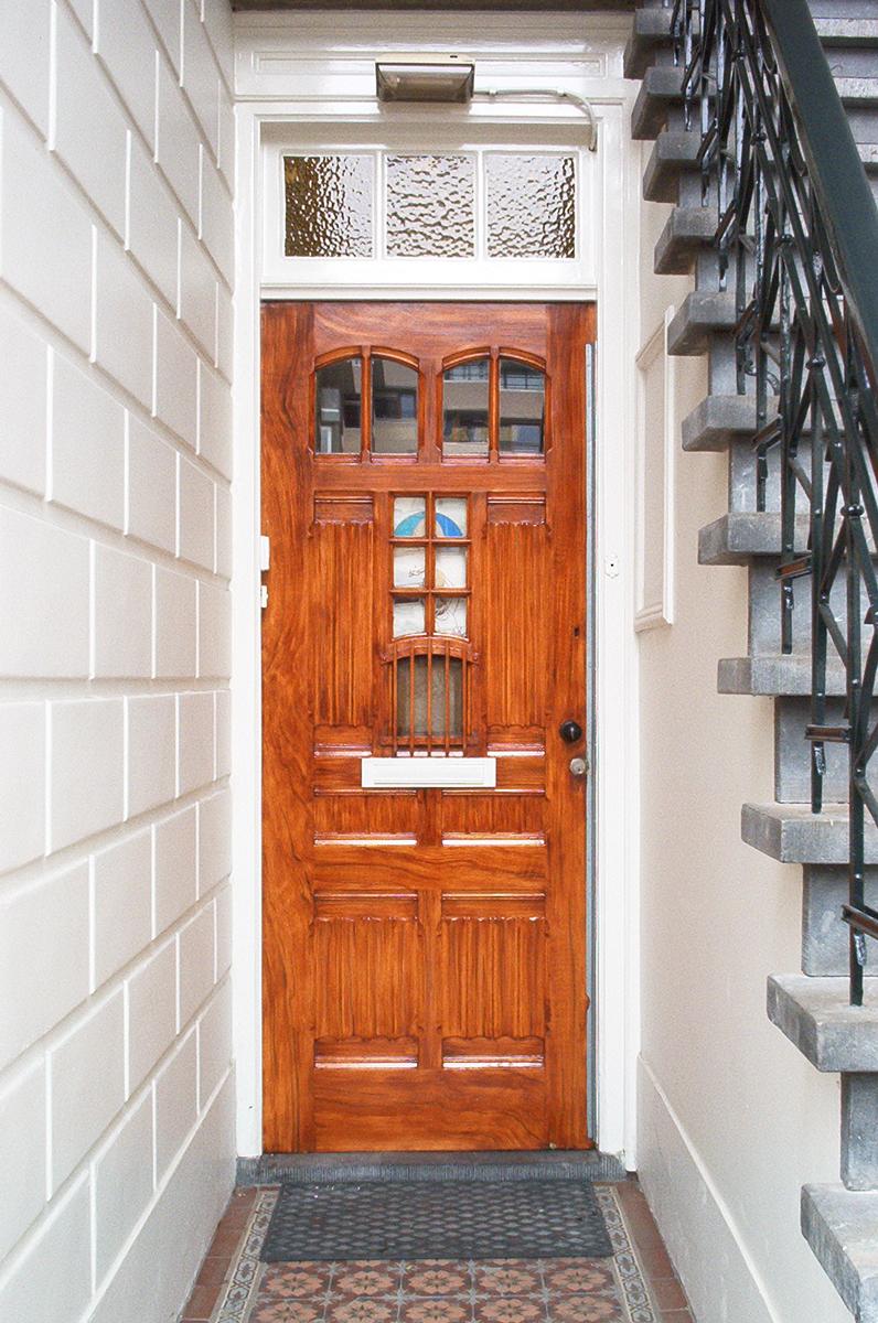 monumentale deuren met mahonie houtimitatie